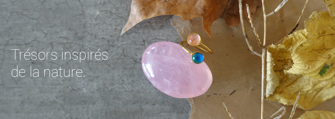 Gold mood ring with a rose quartz crystal